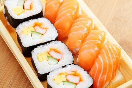 Khi mang thai không nên ăn sushi để hạn chế nguy cơ lây nhiễm các loại vi khuẩn trong cá sống nếu chế biến không vệ sinh.