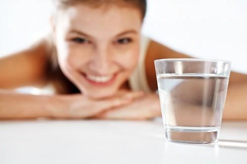 Để phòng tránh sỏi thận vì vậy phải uống thật nhiều nước.
