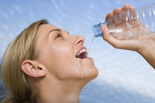 Trong điều kiện thời tiết nóng, ẩm hoặc lạnh cơ thể cần nhiều nước hơn.