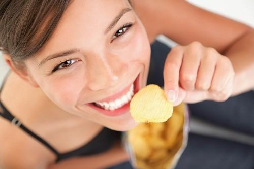 Đồ uống và đồ ăn nhẹ với natri cũng có thể kích hoạt cơn khát và giúp bạn giữ lại chất lỏng.