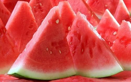 Trái cây màu đỏ như dưa hấu là nguồn cung cấp lycopene.