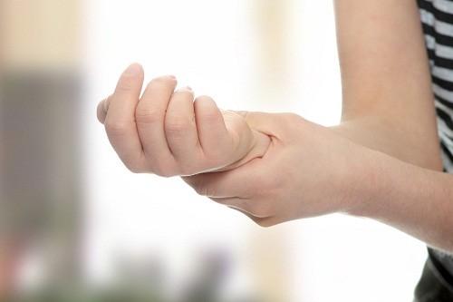 Vitamin B12 sẽ giúp ngăn ngừa thiếu máu ở bệnh nhân viêm khớp dạng thấp bằng cách hỗ trợ tủy xương sản xuất đủ số lượng tế bào hồng cầu khỏe mạnh.