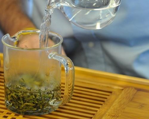 Trà đen hoặc trà xanh, có chứa polyphenol ức chế vi khuẩn sản xuất axit gây sâu răng.
