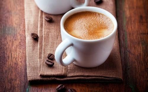 Người bệnh nên tránh các loại đồ uống có chứa caffein như trà, cà phê và soda