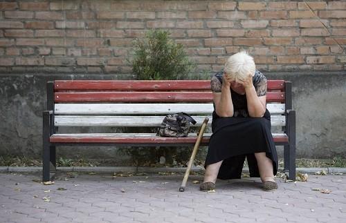 Người bệnh Alzheimer ở giai đoạn trung bình có thể bắt đầu quên hết những thông tin chi tiết về bản thân.
