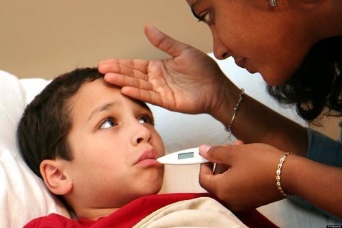 Sốt nhẹ hoặc ở mức độ vừa đôi khi xuất hiện trong 4 ngày đầu tiên của triệu chứng bệnh sởi ở trẻ mới biết đi.