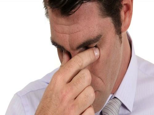 Một số dạng tăng nhãn áp xuất hiện đột ngột và gây đau mắt dữ dội kèm theo đau đầu.