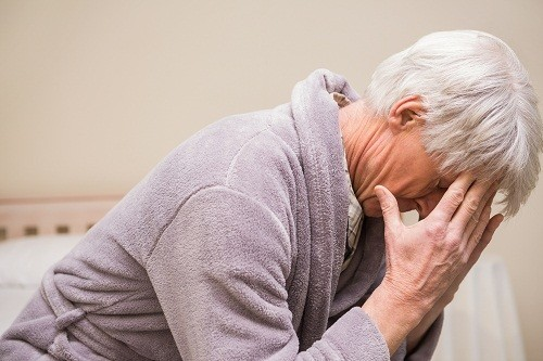 Dương vật tiết dịch bất thường, đau hoặc sưng ở bìu, tuyến tiền liệt, có hạch ở bẹn là các triệu chứng ít gặp của viêm đường tiết niệu ở nam.