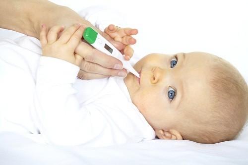 Một trong những triệu chứng viêm màng não ở trẻ sơ sinh là sốt.