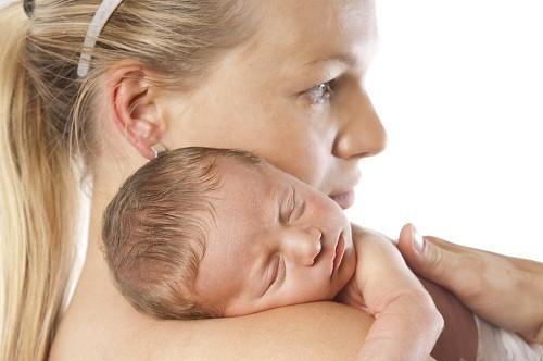 Tình trạng viêm màng não và sốt cao có thể khiến cho trẻ rơi vào trạng thái lơ mơ.
