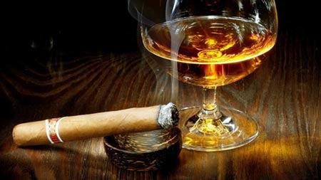 Nam giới thường có thói quen uống rượu, hút thuốc..., đây chính là nguyên nhân khiến tỷ lệ mắc ung thư ở nam giới cao hơn nữ giới.