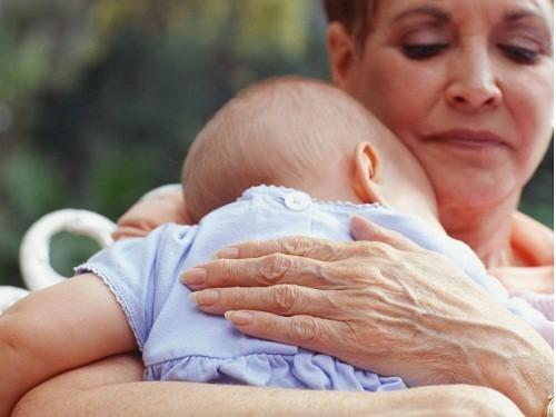 Điều trị vẹo cột sống ở trẻ sơ sinh tùy thuộc vào mức độ nghiêm trọng của độ cong vẹo cột sống.