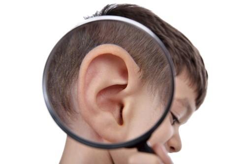 Viêm tai giữa có thể gây thủng màng nhĩ, làm tiêu xương… ảnh hưởng đến khả năng nghe của trẻ và dẫn đến rối loạn ngôn ngữ.