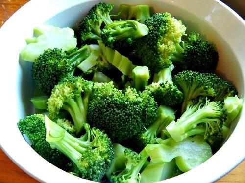 Vitamin B-6 có nhiều trong bông cải xanh, giúp làm giảm đau dây thần kinh hông, hạn chế các triệu chứng tê và ngứa ran.