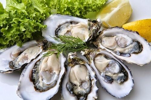 Người bị đau thần kinh tọa có thể bổ sung vitamin B12 vào chế độ ăn uống hàng ngày bằng cách tiêu thụ các loại thực phẩm như hàu.