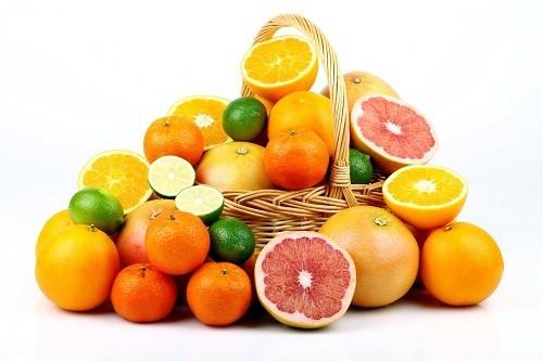 Vitamin C tự nhiên có nhiều trong trái cây họ cam quýt, dâu tây, cà chua và các loại rau lá xanh.