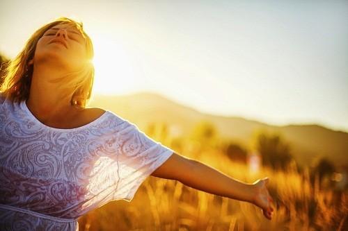 Cơ thể con người cũng có thể sản xuất một lượng đáng kể vitamin D thông qua tiếp xúc với ánh sáng mặt trời.