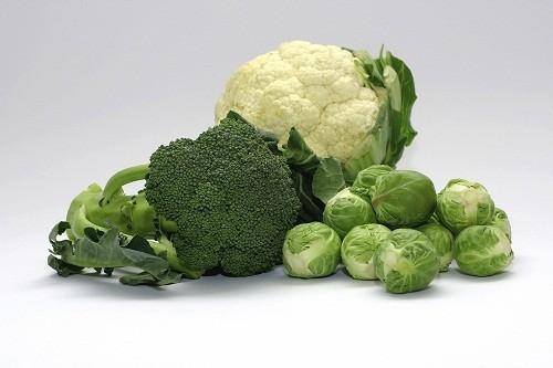 Vitamin K được tìm thấy trong bắp cải, súp lơ, rau bina, rau lá xanh, ngũ cốc và đậu nành.