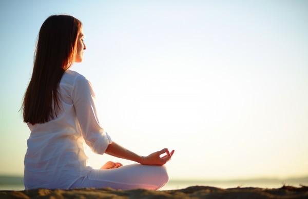 Tập yoga là cách hiệu quả để kiểm soát tình trạng căng thẳng, giúp làm giảm huyết áp.