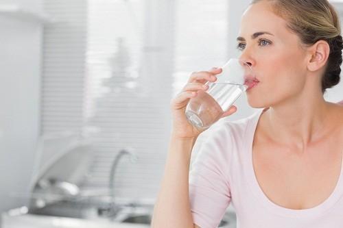Uống nước ngay khi vừa tỉnh dậy sẽ giúp loại bỏ độc tố ra khỏi cơ thể bạn