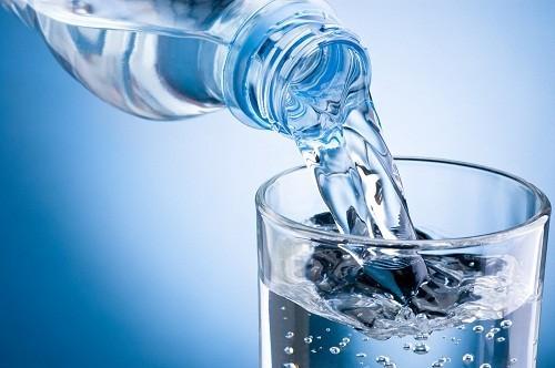 Khi cảm thấy đói, hãy uống 1 ly nước.