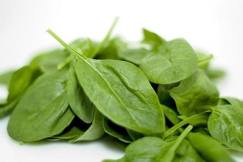 Các loại rau có lá màu xanh đậm như rau bina giúp làm giảm huyết áp.
