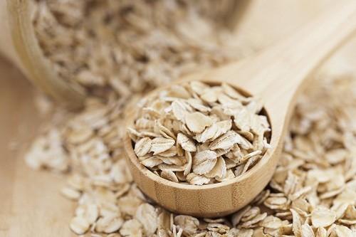 Bột yến mạch giàu chất xơ, ít chất béo và muối, rất thích hợp cho chế độ ăn uống của người bị cao huyết áp.
