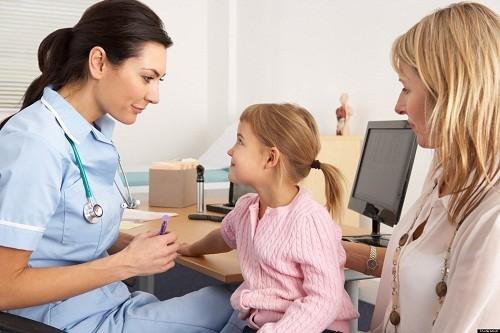 Nếu trẻ có biểu hiện triệu chứng bất thường hoặc không đáp ứng với điều trị, cần cho trẻ kiểm tra nước tiểu để loại trừ sự hiện diện của đường hoặc keratones trong nước tiểu.