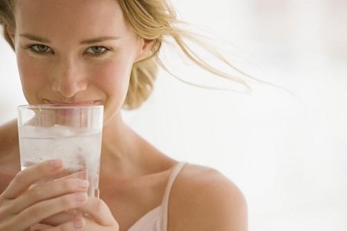 Người bị huyết áp thấp nên uống nhiều nước và hạn chế uống rượu.