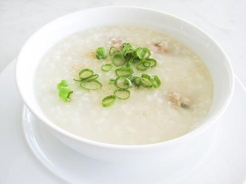 Ngày đầu sau mổ, người bệnh nên ăn nhẹ bằng cháo hoặc súp, uống nhiều nước (tư 2 lít trở lên).