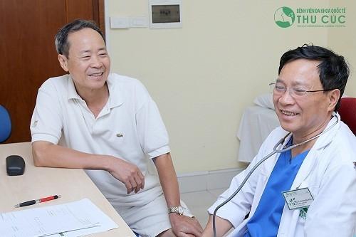 BS. Nguyễn Văn Quýnh đang vấn điều trị cho người bệnh.
