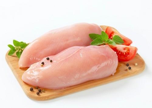 Người bị mất ngủ có thể lựa chọn thịt gà cho chế độ ăn uống hàng ngày để bổ sung L-tryptophan cho cơ thể.