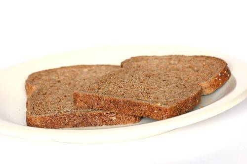 Ăn một số đồ ăn vặt nhiều carbohydrate như ngũ cốc không đường, bánh mì ngũ cốc nguyên hạt hoặc bánh quy giòn với sữa trước khi ngủ, có thể hạn chế mất ngủ.