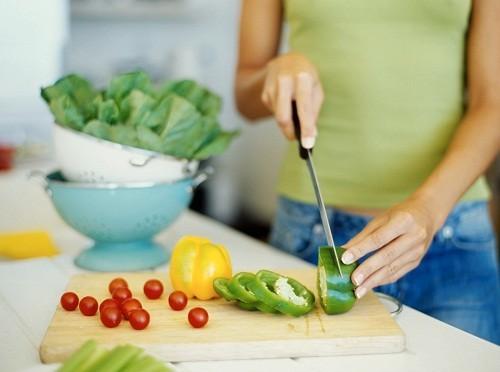 Sử dụng thuốc theo hướng dẫn của bác sĩ, ăn uống lành mạnh kết hợp với tập thể dục thường xuyên giúp kiểm soát tiến triển của bệnh tiểu đường.