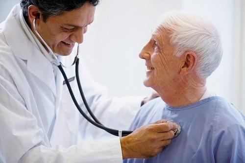 Ho kéo dài trên 2 tuần là triệu chứng thường gặp nhất của lao phổi tái phát.