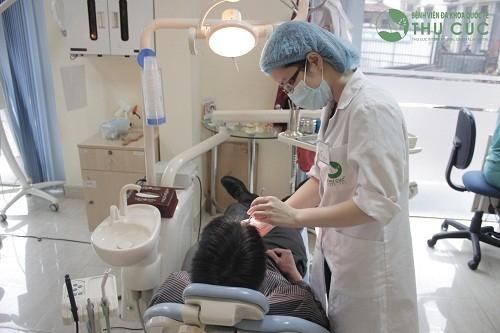 Bác sĩ nha khoa giỏi tại Thu Cúc trực tiếp điều trị bệnh sâu răng triệt để cho khách hàng.