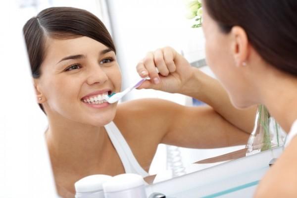 Đánh răng đúng cách để bảo vệ răng miệng hiệu quả.