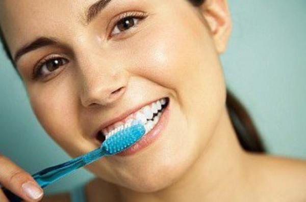 Chải răng đúng cách để không gây tổn thương cho lợi hạn chế bệnh viêm lợi.
