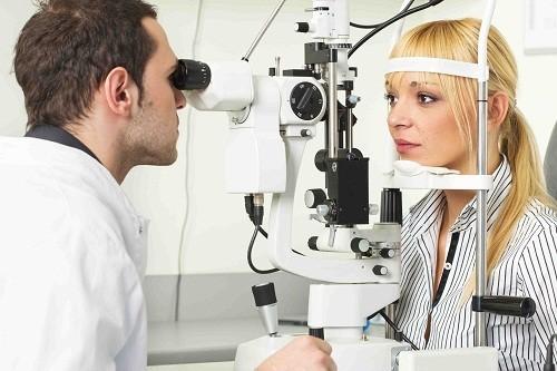 Chẩn đoán bệnh qua mắt là phát hiện một số bệnh lý bằng cách quan sát mắt.