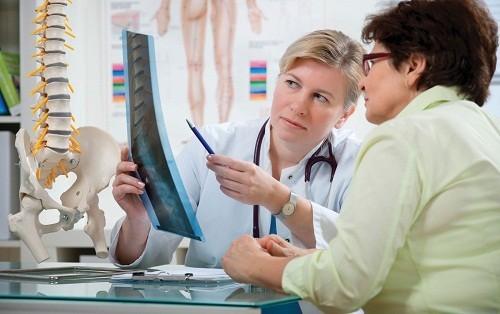 Chẩn đoán di căn xương chủ yếu dựa vào kết quả các xét nghiệm, kiểm tra hình ảnh và sinh thiết.