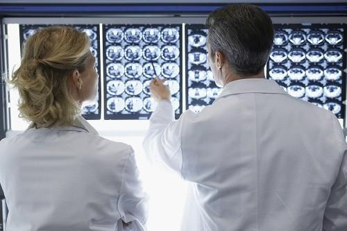 Những người có vấn đề về thận hoặc bị dị ứng, nhạy cảm với thuốc cản quang, cần thông báo cho bác sĩ trước khi tiến hành chụp CT.