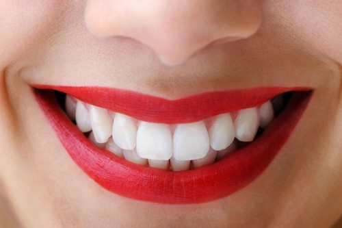 Hàm răng trắng sáng khiến nụ cười của bạn thêm phần rạng rỡ hơn.