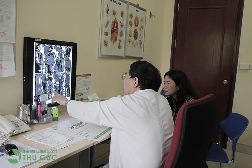 Bác sĩ Nguyễn Văn Quýnh đang tư vấn điều trị cho người bệnh.