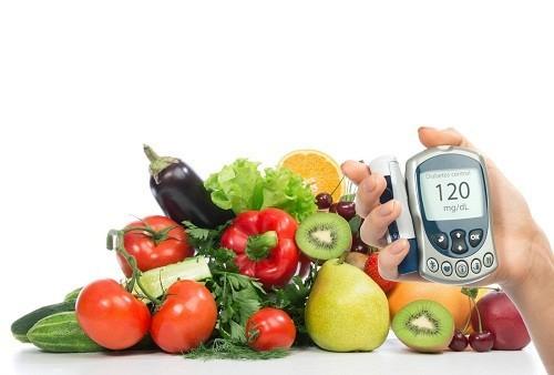 Chế độ ăn uống cân bằng là rất quan trọng đối với người bệnh tiểu đường, vì thế nên tham khảo ý kiến của bác sĩ hoặc chuyên gia dinh dưỡng.