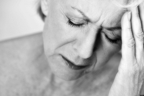 Nhức đầu đột ngột không rõ nguyên nhân có thể là triệu chứng của đột quỵ.