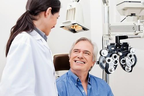 Để giảm nguy cơ biến chứng xảy ra sau phẫu thuật đục thủy tinh thể, người bệnh nên tuân thủ chặt chẽ mọi hướng dẫn của bác sĩ và thông báo ngay nếu phát hiện có những biểu hiện bất thường.