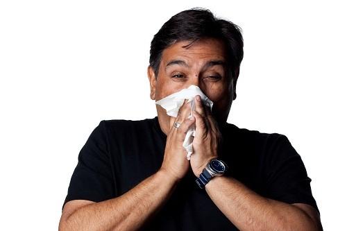 Chảy nước mũi đặc, màu vàng hoặc màu xanh; dich có thể chảy ra mũi trước trước hoặc chảy phía sau xuống họng có thể là triệu chứng của viêm xoang mạn tính.