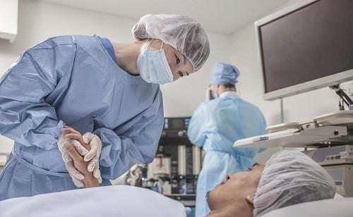 Mổ ruột thừa nằm viện bao lâu phụ thuộc vào mức độ nghiêm trọng của viêm ruột thừa và loại phẫu thuật được sử dụng.