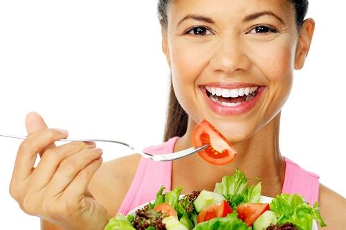 Ngoài việc tầm soát định kỳ, một chế độ ăn uống giàu chất xơ, ít chất béo cũng có thể giúp ngăn ngừa ung thư đại trực tràng.