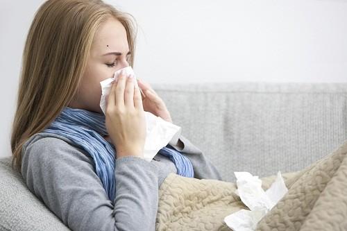 Cảm lạnh và cảm cúm đều có những triệu chứng tương tự nhau nên nhiều người dễ bị nhầm lẫn.